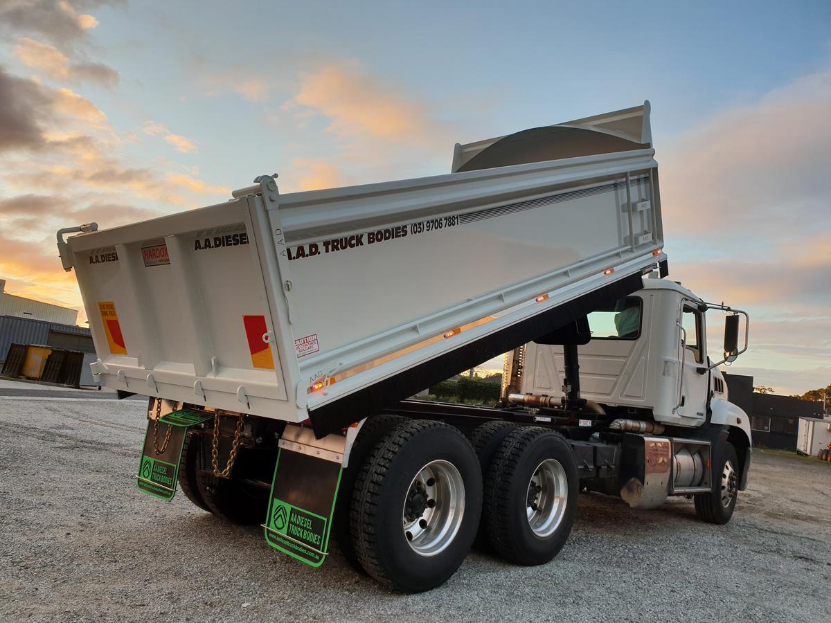Tipper truck body fully extended